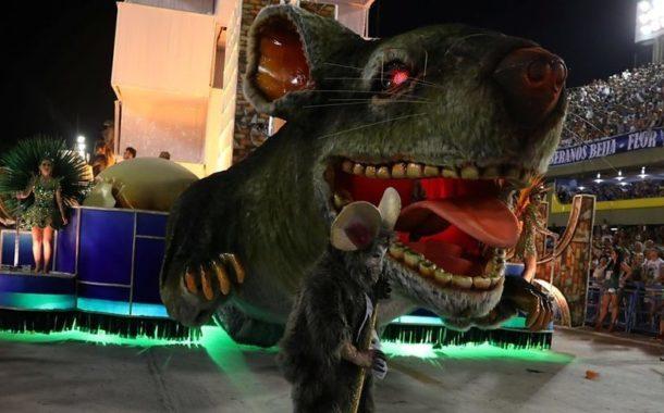 Rio carnival: Samba school wins with anti-corruption message